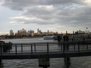 イーストリバーとブルックリンのビル群.JPG